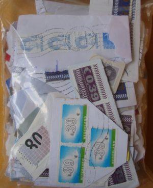 Európai országok (sok forgalmi, képes, jórészt holland bélyegek) bélyegek papíron – 0,20 kg kilóáru